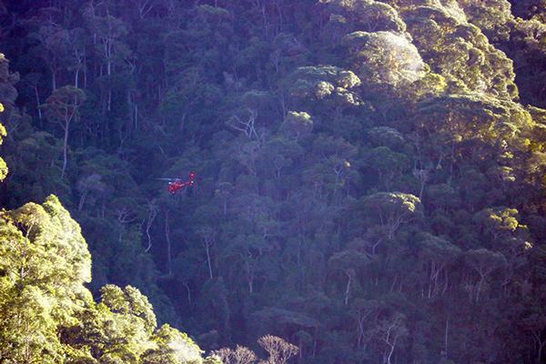 O helicóptero atuando no resgate (Foto: Thiago Lima)