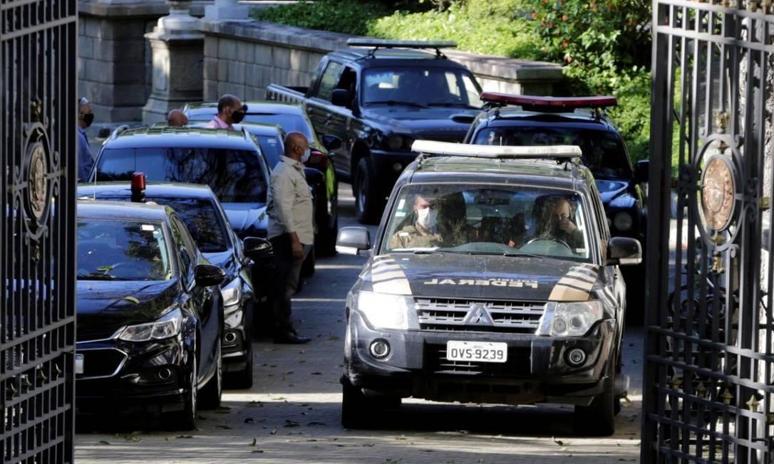 Carros da PF saem pelos portões do palácio (Foto: O Globo)