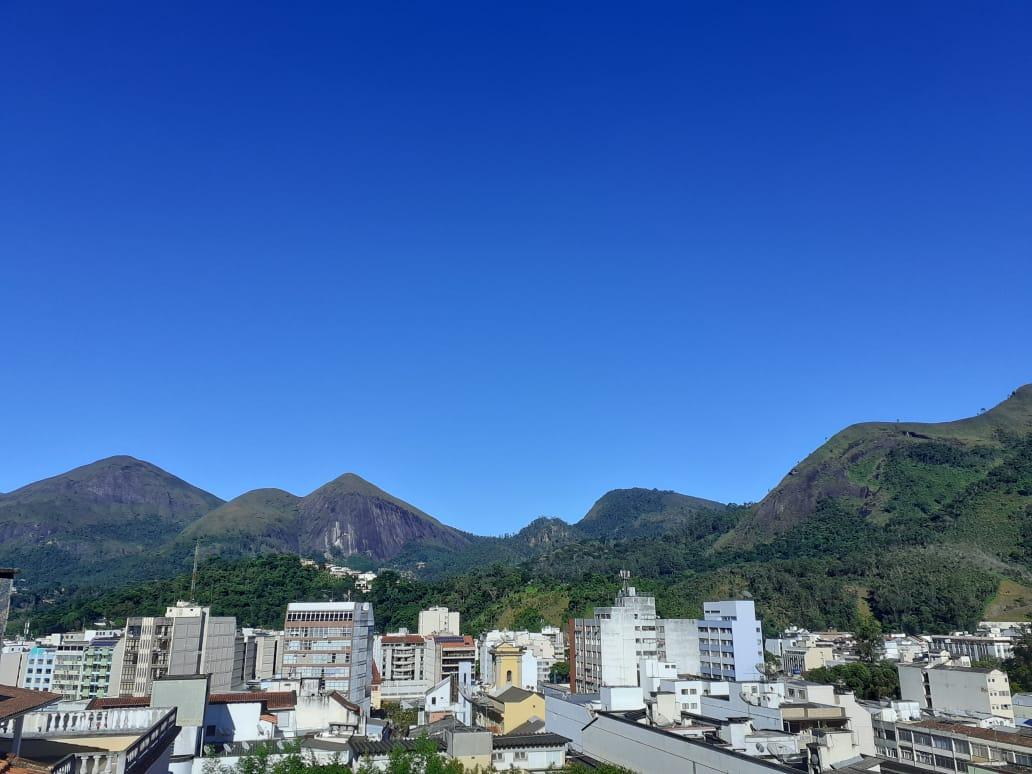O céu azul (sem filtro) na manhã desta sexta em Friburgo (Foto: Adriana Oliveira)