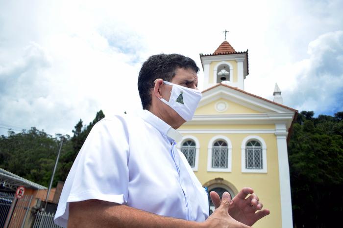 Padre Leão diante da capela recuperada (Fotos: Henrique Pinheiro)