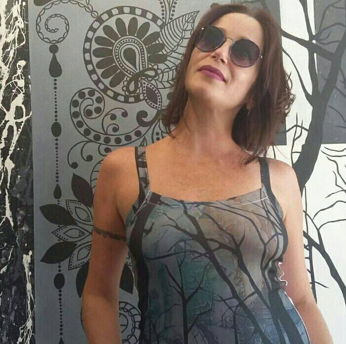 Alessandra Vaz com uma das roupas de suas coleções (Reprodução da web)