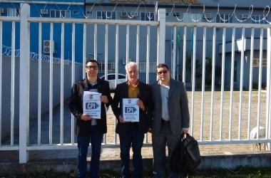 Os vereadores Johnny Maycon, Zezinho e Pierre na sede da PF com os volumes do relatório da CPI nas mãos (Arquivo AVS)