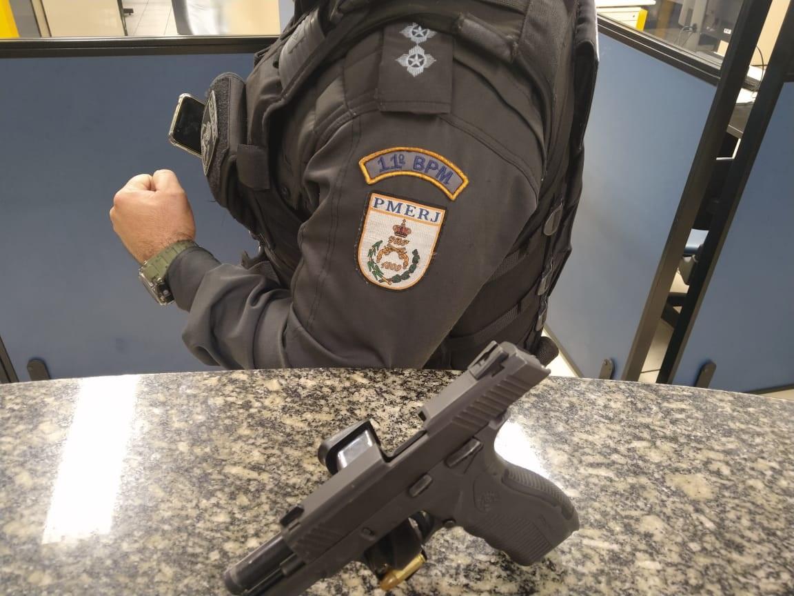 Pistola apreendida (Foto: 11 BPM)