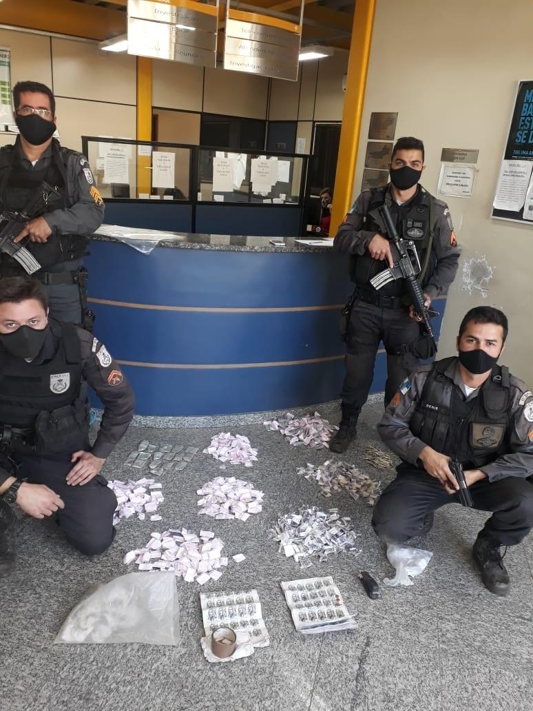 As drogas apreendidas em Campo do Coelho (Foto: 11 BPM)