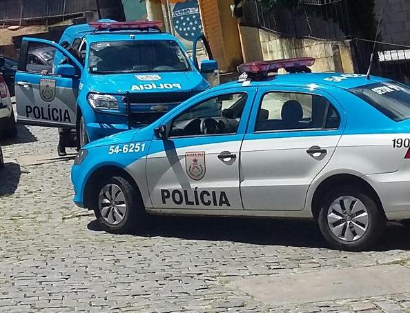 Gerente do tráfico em Friburgo troca tiros e usa 3 granadas para fugir da PM