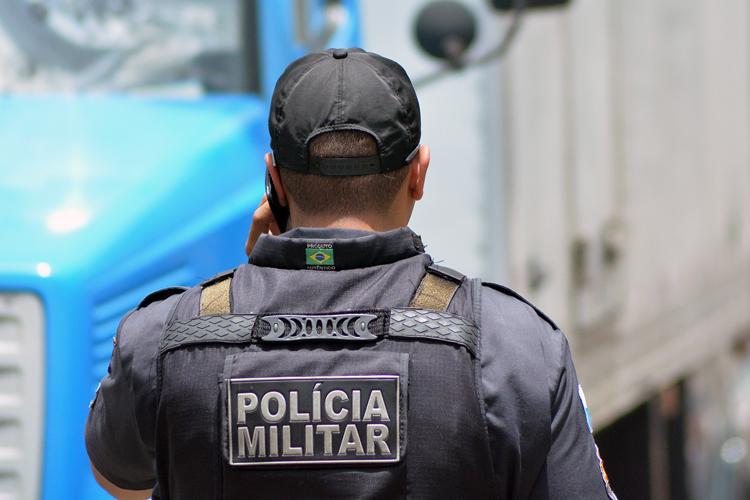 Rapaz é preso com arma falsa na praça de Olaria
