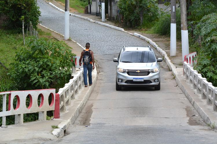 A ponte de São Geraldo: passagem para apenas um veículo por vez (Foto: Henrique Pinheiro)