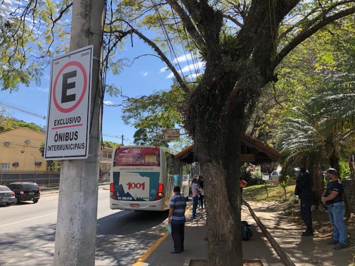 Um ônibus intermunicipal parado no novo local (Foto: Thiago Lima)