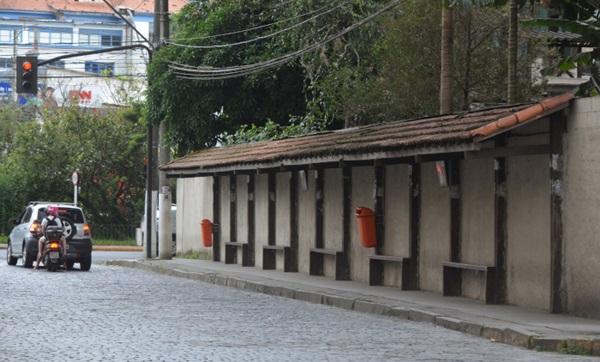 Ponto de ônibus vazio em Nova Friburgo nesta terça (Fotos: Henrique Pinheiro)