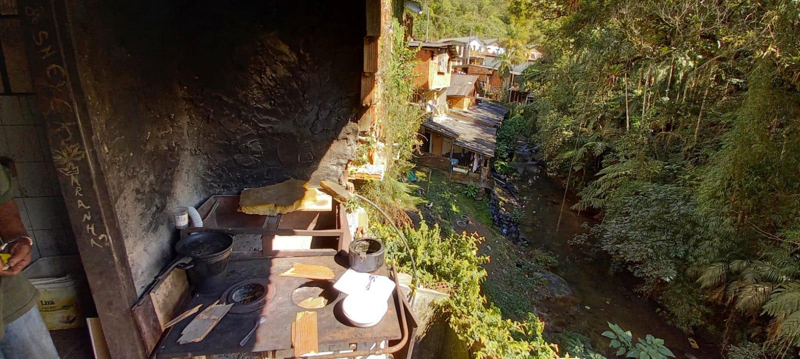 Casas de extrema vulnerabilidade à beira do Rio Santo Antônio, em Debossan (Fotos: Cruz Vermelha de Friburgo)