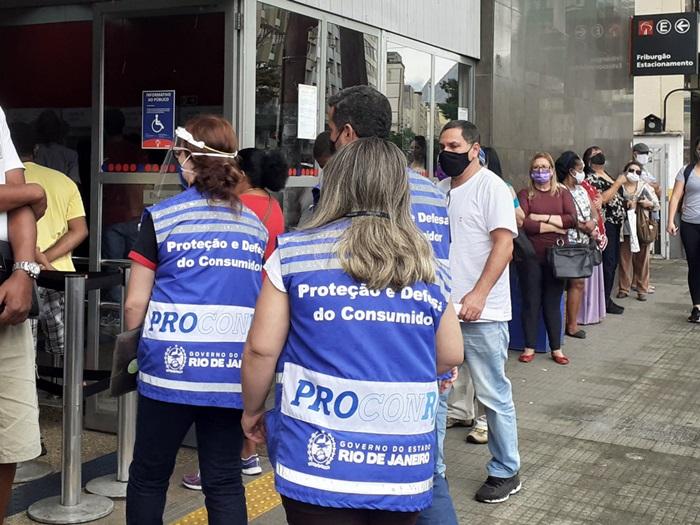 Os agentes em ação em Nova Friburgo (Foto: Divulgação)
