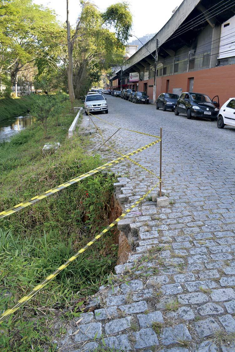 Perigo na Rua Jardel Hottz, em frente ao Estádio Eduardo Guinle (Fotos: Henrique Pinheiro)