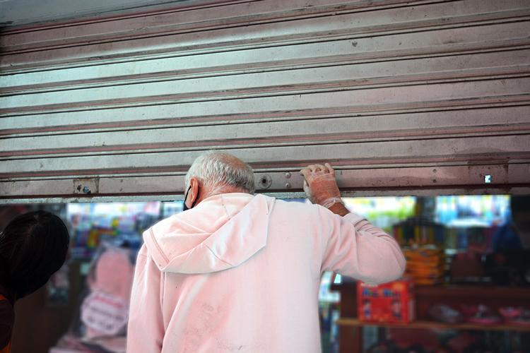Comércio à meia-porta em Friburgo (Foto: Henrique Pinheiro)