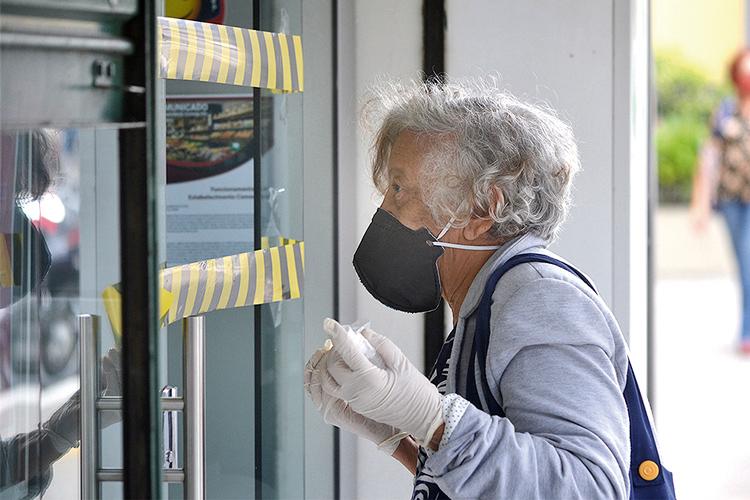 Idosa com máscara em Friburgo: quase 20 mil têm mais de 70 anos (Arquivo AVS/ Henrique Pinheiro)