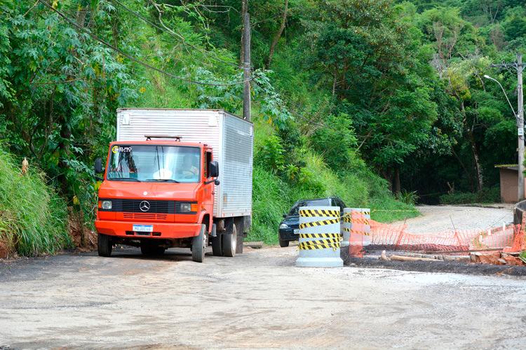 A cratera na estrada Velha de Amparo (Fotos: Henrique Pinheiro)