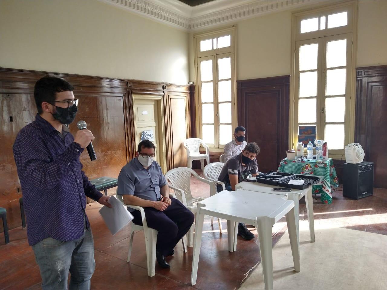Marcinho discursa tendo ao lado Pierre (sentado) - Divulgação PMNF