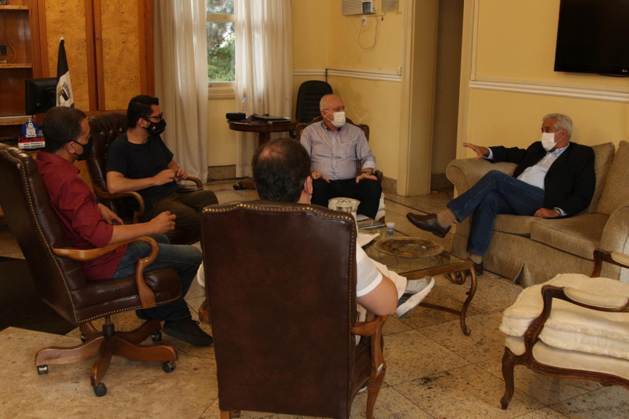 A reunião com Comte (à direita) na Prefeitura de Nova Friburgo (Divulgação PMNF)