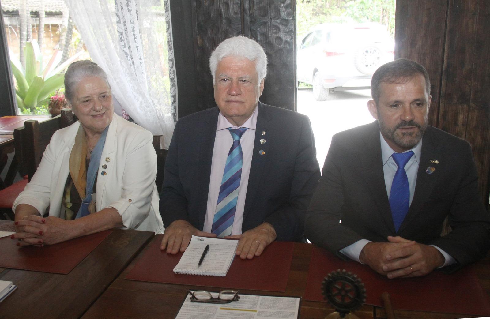 O governador distrital Aroldo Gonçalves (ao centro) e sua esposa Myrthes foram recepcionados no Rotary Olaria pelo presidente Dênis Santarém e conheceram os projetos desenvolvidos (Divulgação)