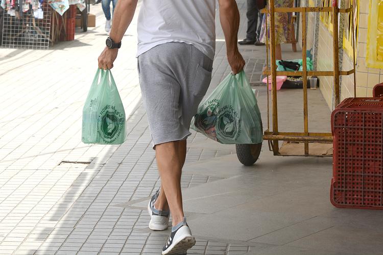 Cliente sai do mercado com duas sacolas (Fotos: Henrique Pinheiro)