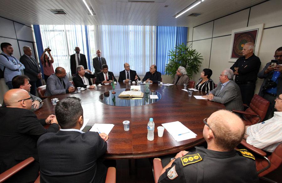No encontro com empresários de cargas, o governador (ao centro) enfatizou que é meta do governo reduzir os roubos em pelo menos 30% a cada ano  (Foto: Eliane Carvalho)