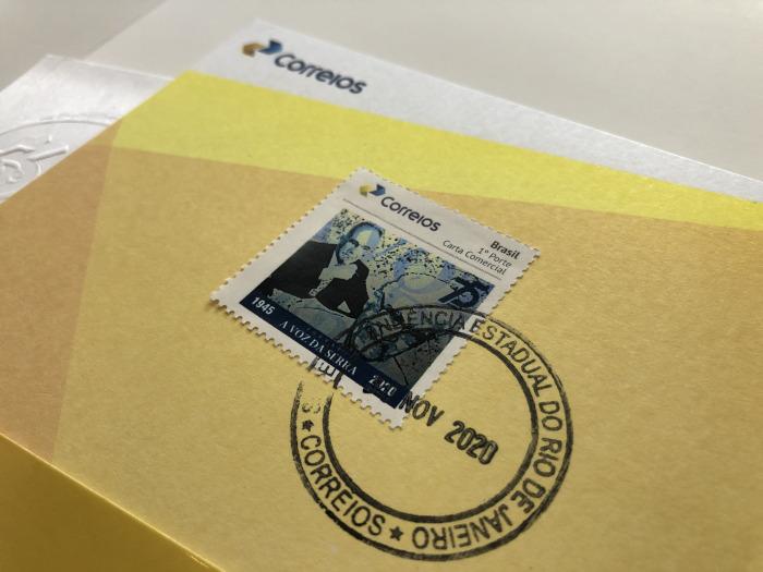 O selo comemorativo aos 75 anos de A VOZ DA SERRA (Fotos: Thiago Lima e Henrique Pinheiro)