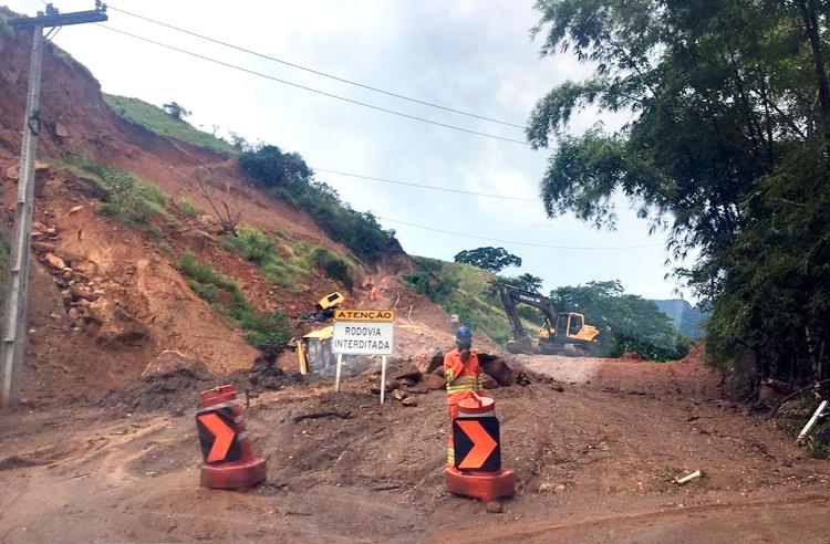 Operários trabalham junto à encosta que desabou na Serramar em abril passado (Fotos exclusivas de A VOZ DA SERRA)