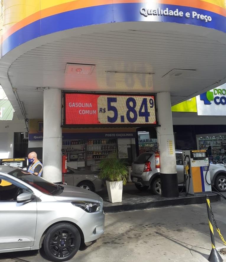 O preço da gasolina comum no painel de led: dois valores no mesmo dia (Foto: Adriana Oliveira)