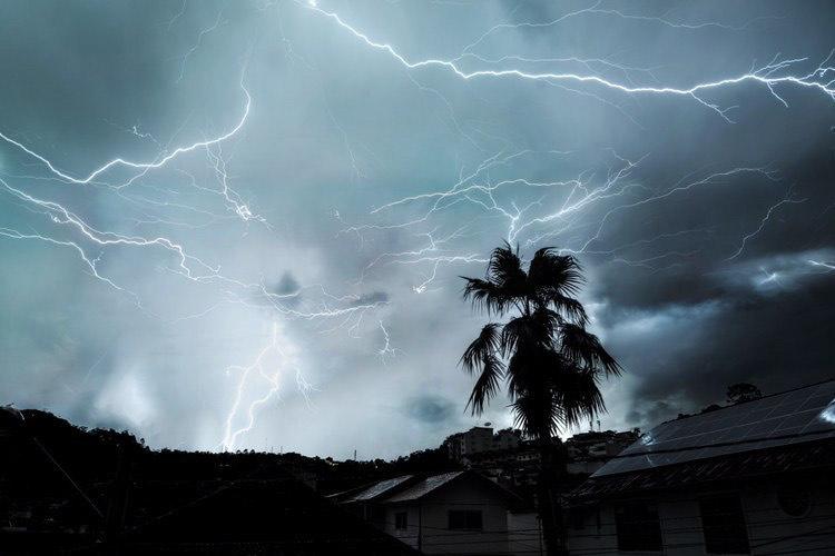 Tempestade de raios nas Braunes nesta madrugada (Foto: Thalles Kadett)