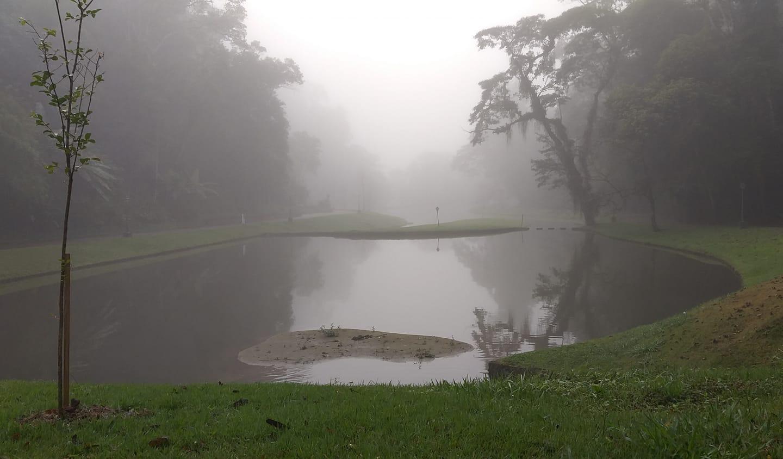 Bruma matinal sobre os lagos do Country Clube na manhã da última terça (Foto: Vera Barcellos)