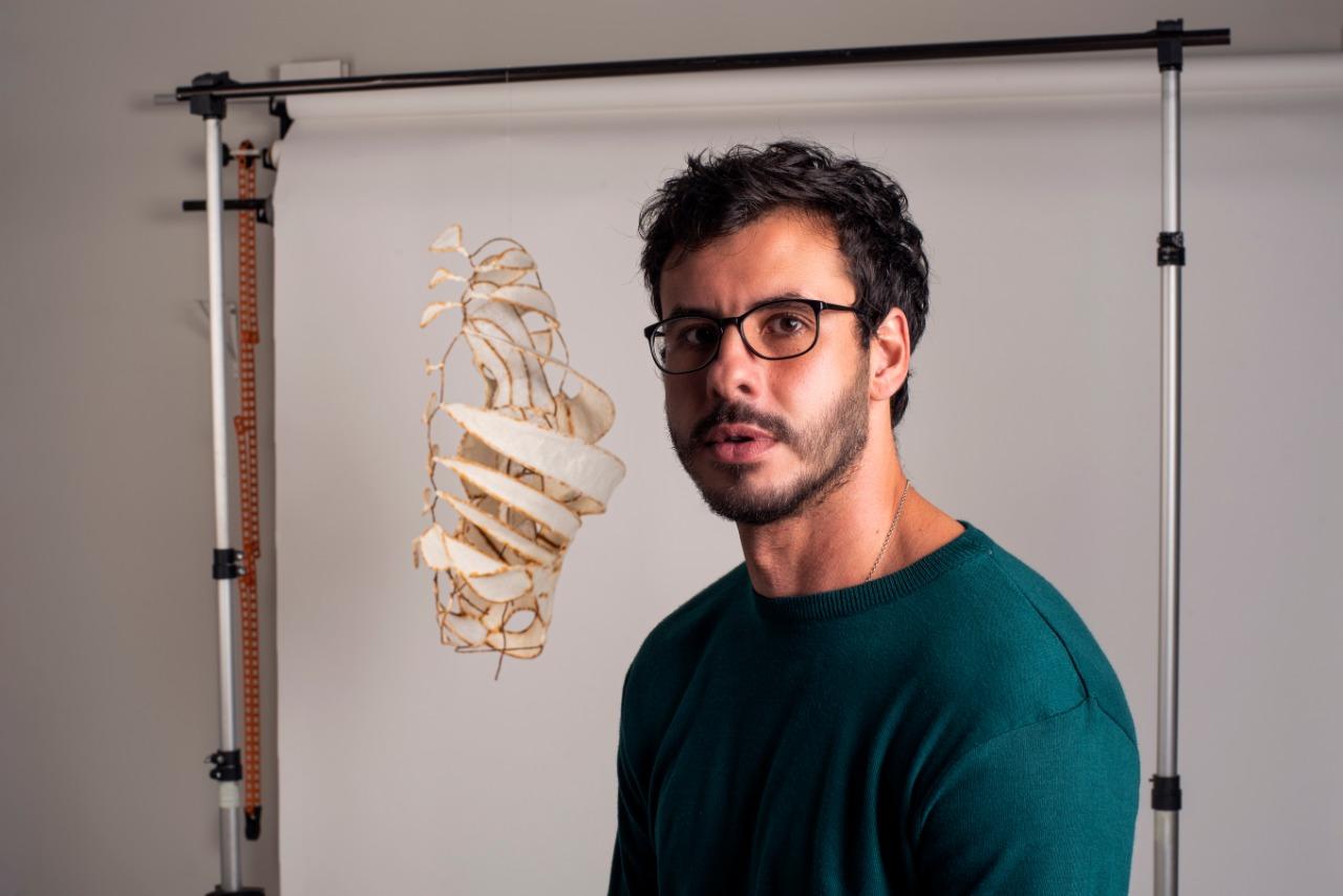 Thiago Sancho e uma de suas obras (Foto: Adriano José)
