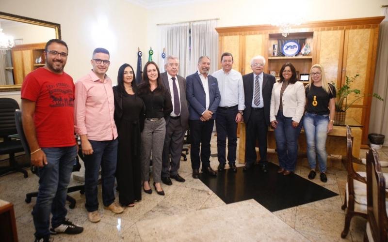A parceria foi firmada com assinatura de convênio entre o prefeito, secretários e a diretoria local da universidade (Divulgação)
