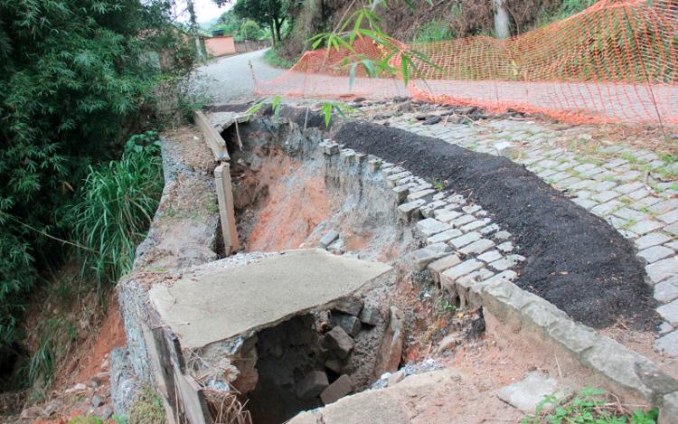 A cratera aberta na via (Divulgação PMNF)