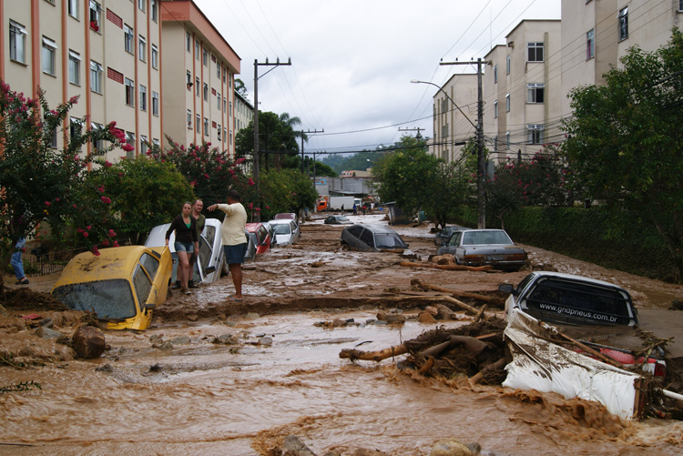 Carros soterrados pela lama na tragédia de 2011 (Foto: Arquivo AVS)