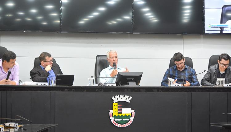 Marcinho ao lado de Johnny, em sessão da legislatura passada: mesa ocupada pela tropa de choque de oposição ao governo Renato Bravo (Arquivo AVS/ janeiro 2020)