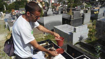 Agente de saúde faz o controle antidengue no São João Batista (Divulgação)