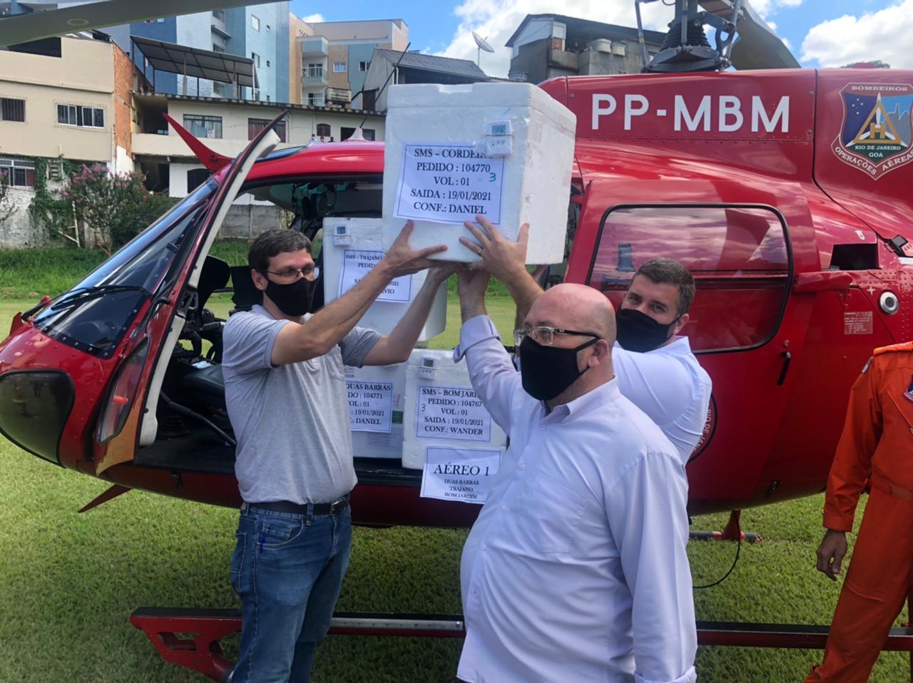 O prefeito de Cordeiro, Leonan Melhorance (atrás) recebe a primeira caixa de vacinas (Foto: Prefeitura Municipal de Cordeiro)