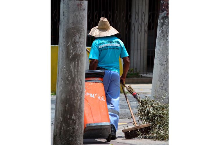 Funcionário da PMNF em ação (Arquivo AVS/ Henrique Pinheiro)