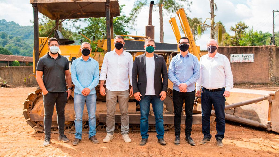 Membros do Governo do Estado e o prefeito Johnny Maycon conheceram o terreno onde será construída a escola de formação profissionalizante (Foto: Divulgação / Governo RJ)