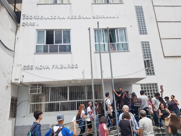 O protesto na Coordenadoria  Regional Serrana II, da Secretaria Estadual de Educação, atrás do Ienf (Fotos: Alerrandre Barros)