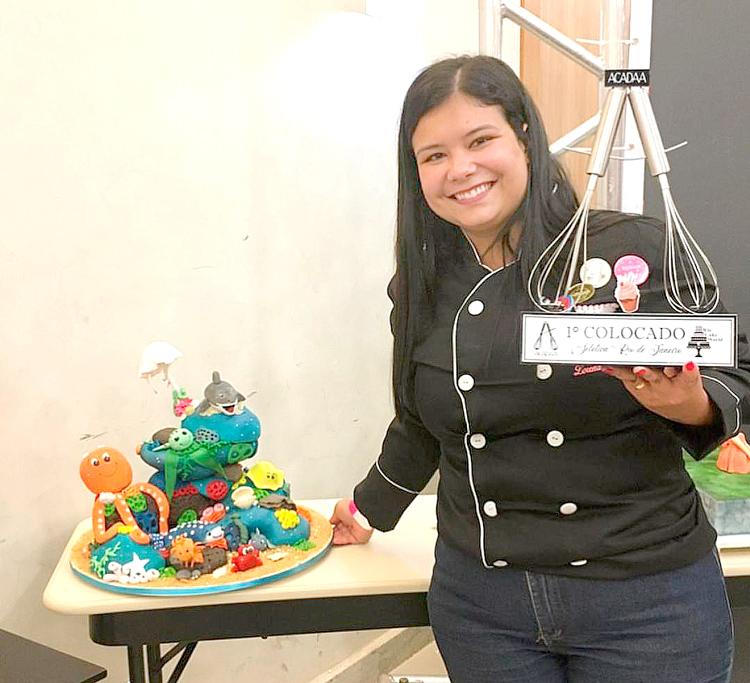 Lorena e seu bolo premiado (Arquivo pessoal)