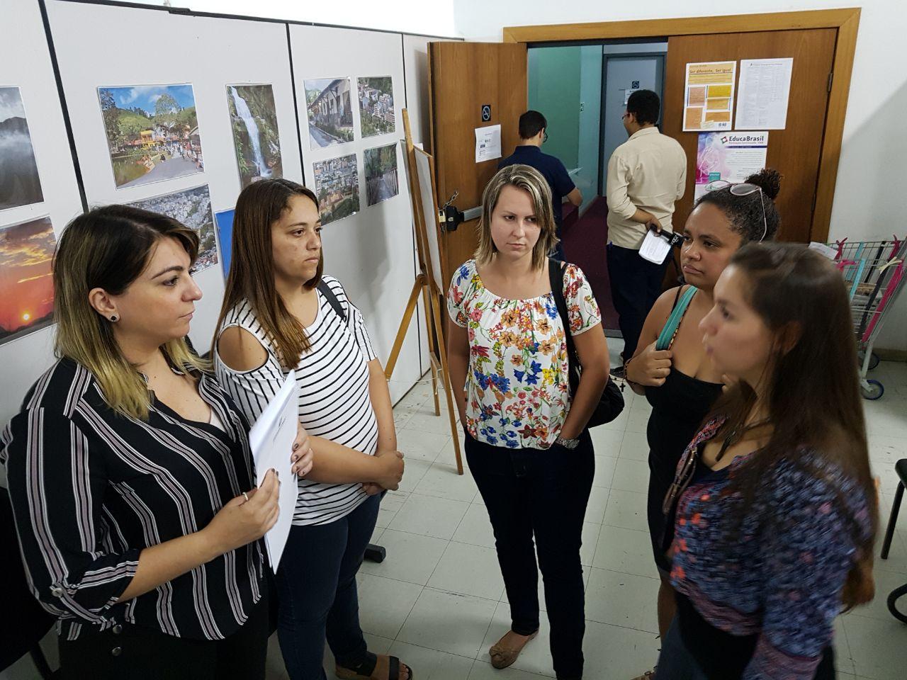 Alguns professores aprovados e ainda não convocados acompanharam a defensora Larissa (a esquerda) na entrega de um ofício cobrando respostas à Secretaria de Educação (Foto: Alerrandre Barros)