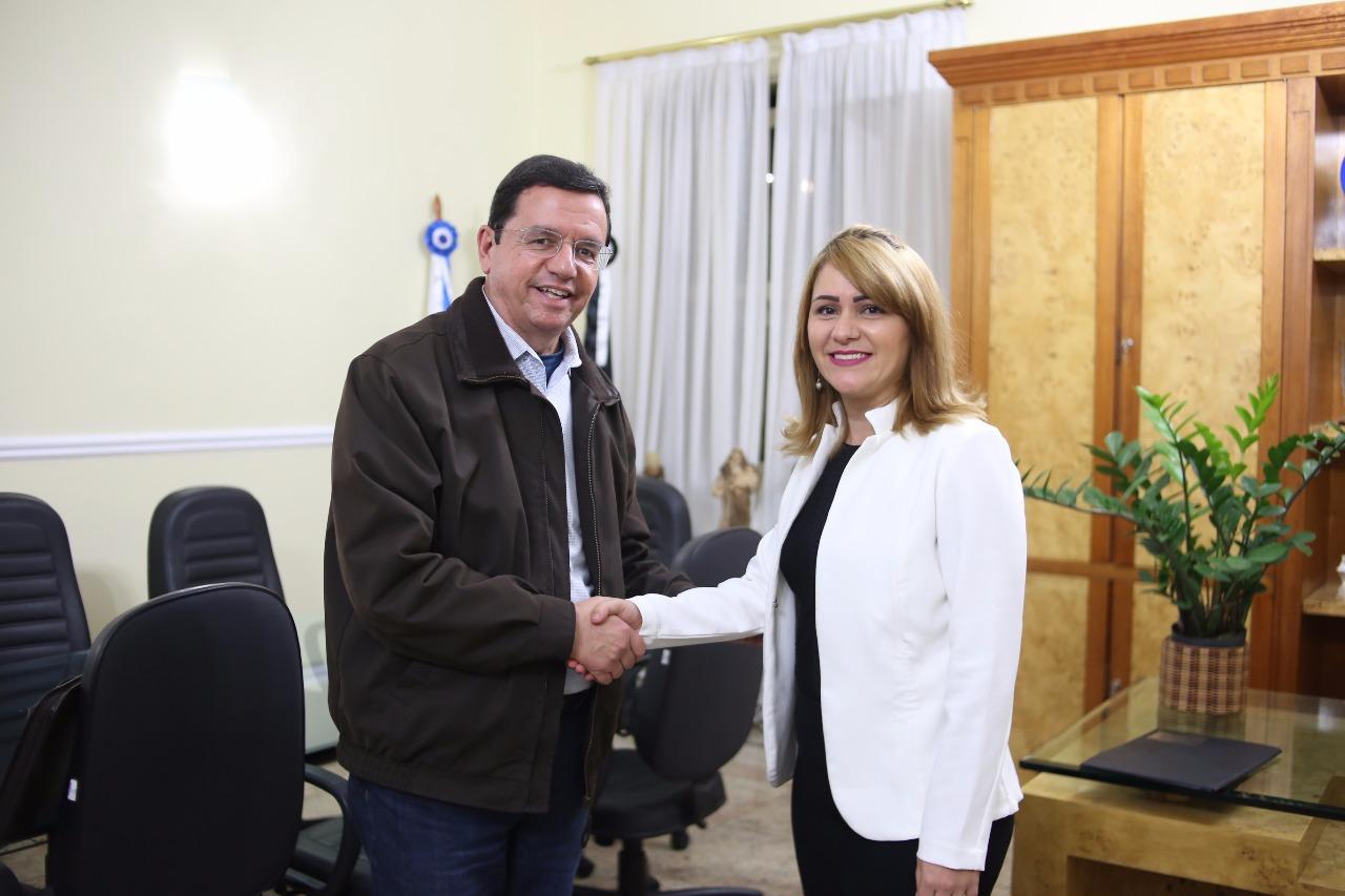 O prefeito com a nova secretária (Divulgação)