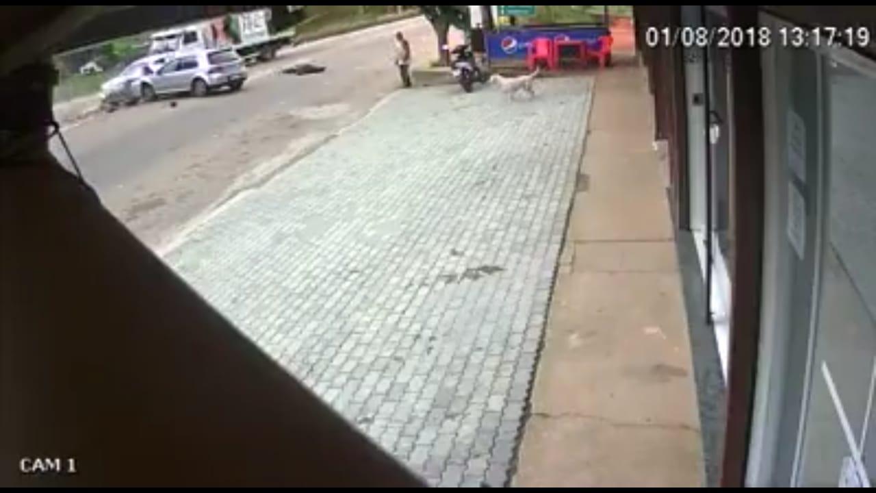 O acidente foi filmado por uma câmera de segurança (Reprodução)
