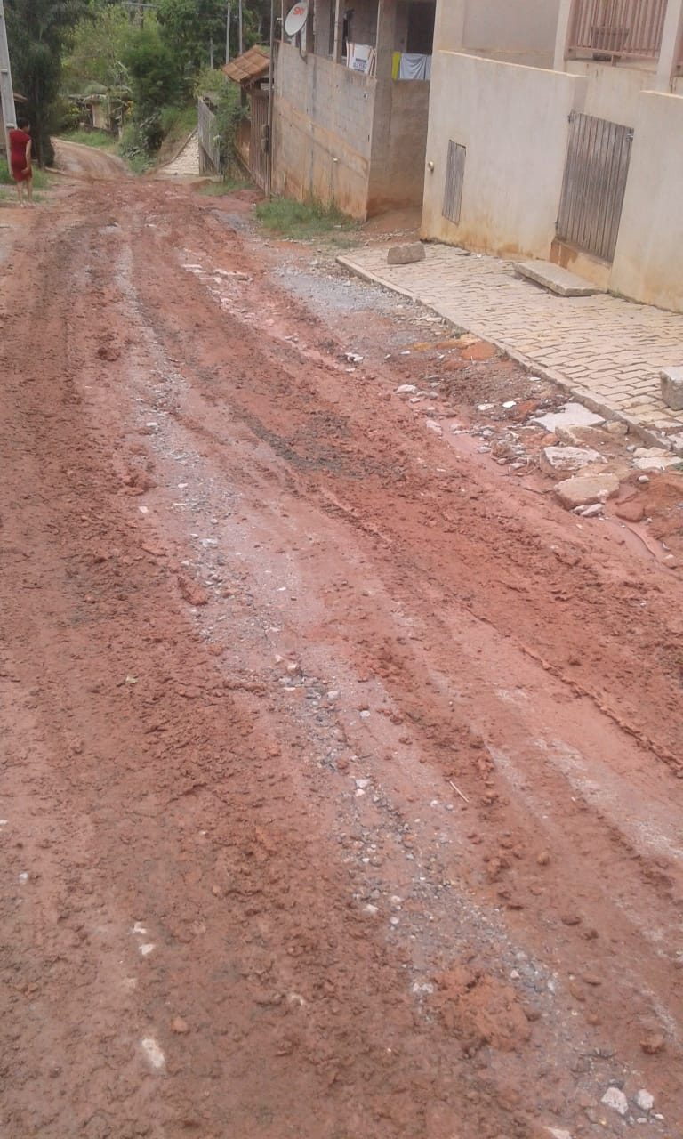 A lama na principal via do lçoteamento (Foto de leitor)