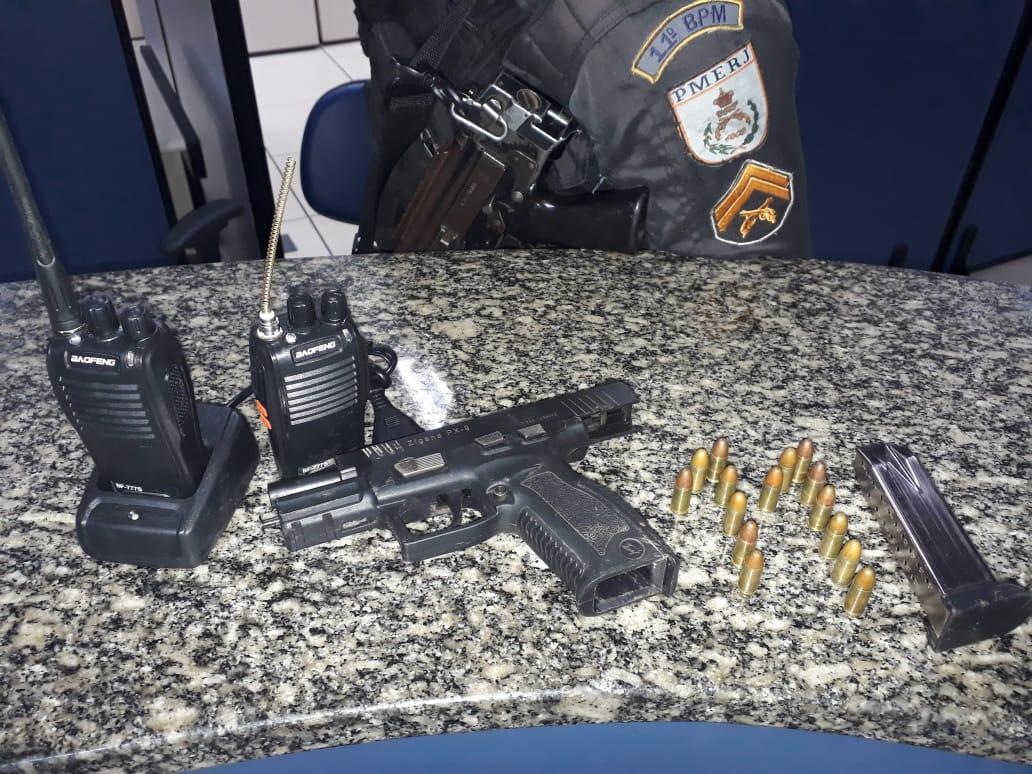 A pistola, projéteis e radiotransmissores apreendidos (11 BPM)