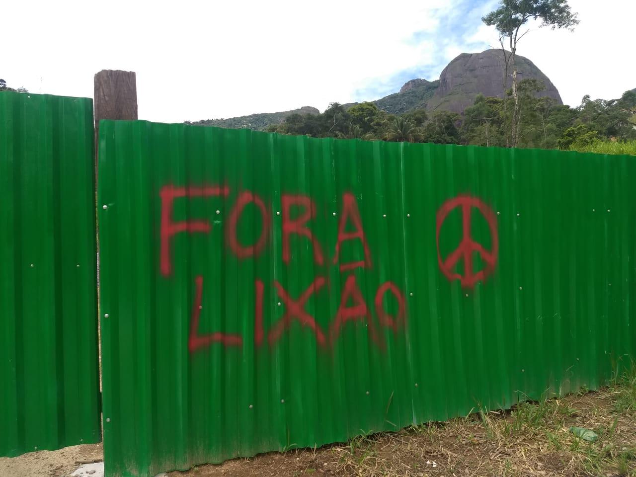 O protesto no tapume que cerca o terreno (Fotos de leitores)