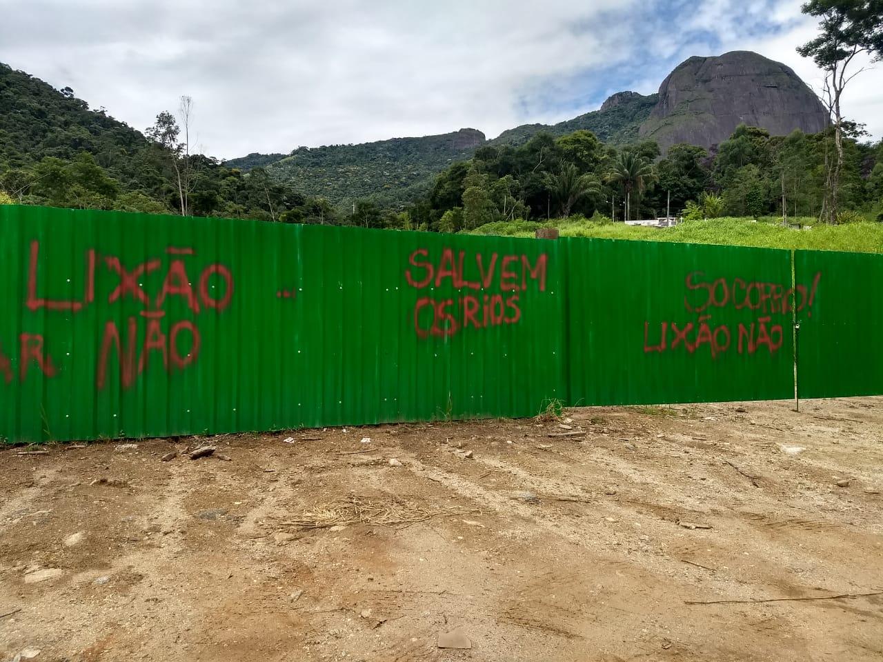 Protesto até nos tapumes (Fotos de leitores)