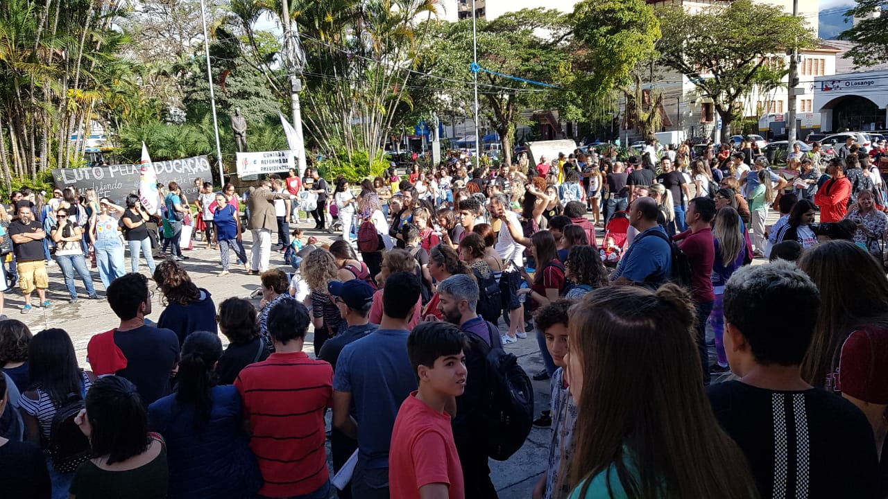 O povo na praça na tarde desta quarta-feira (Fotos: Alerrandre Barros)