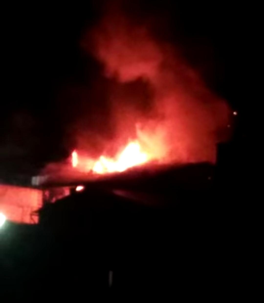 Imagem do incêndio, capturada em vídeo por leitores