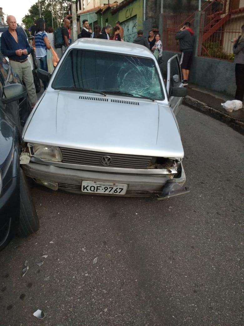 O carro que invadiu a calçada (Foto de leitor)